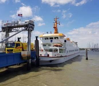Die Fähre vor Langeoog im Hafen der Insel beim Entladen