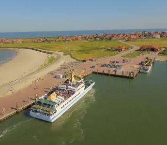 Die Fähre der Reederei Baltrum Linie beim Einlaufen in den Hafen der Nordseeinsel Baltrum
